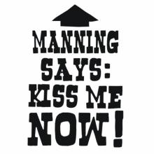 Manning Says: Kiss Me Now! Tasse